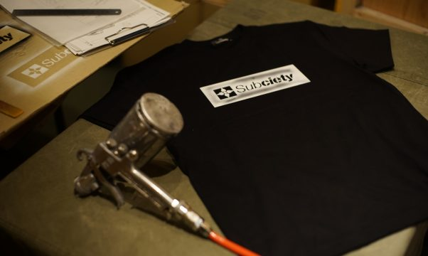 "ZOZOTOWN限定【TOKYO POSTEXCHANGE × Subciety】HAND STENCIL TEE ""THE BASE"""